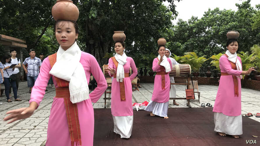 Cham women perform a traditional dance for tourists in Nha Trang, Vietnam, one of the few windows into the ethnic minority group. (H. Nguyen/VOA)