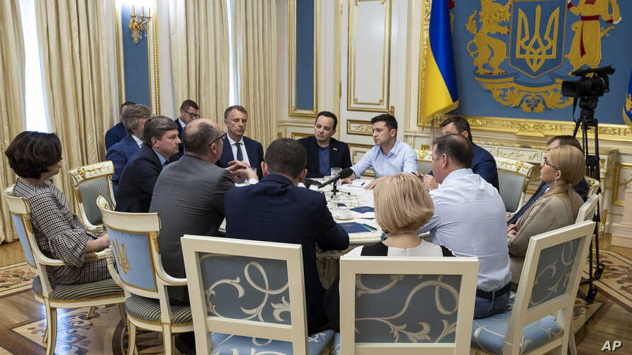 Ukrainian president Volodymyr Zelenskiy, center, speaks during a meeting with lawmakers in Kiyev, Ukraine, May 21, 2019.