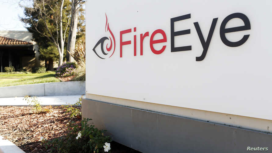 """The FireEye logo is seen outside the company's offices in Milpitas, California, December 29, 2014. FireEye is the security firm hired by Sony to investigate last month's cyberattack against Sony Pictures. Picture taken December 29.     REUTERS/Beck Diefenbach (UNITED STATES - Tags: BUSINESS SCIENCE TECHNOLOGY CRIME LAW LOGO) - RTR4JTRG 美国加州的网络安全公司""""火眼(FireEye)""""的标徽(2015年1月1日)"""