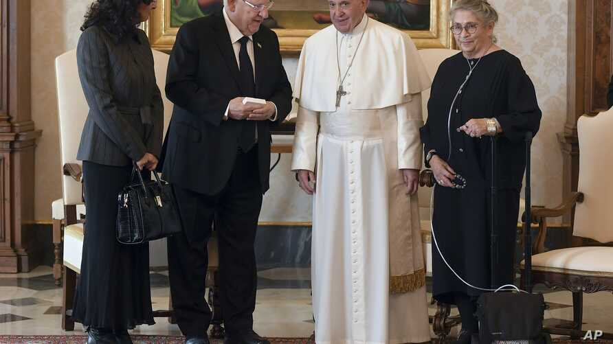 Pope Francis greets Israeli President Reuven Rivlin and his wife Nechama Rivlin during a private audience at the Vatican, Nov. 15, 2018.