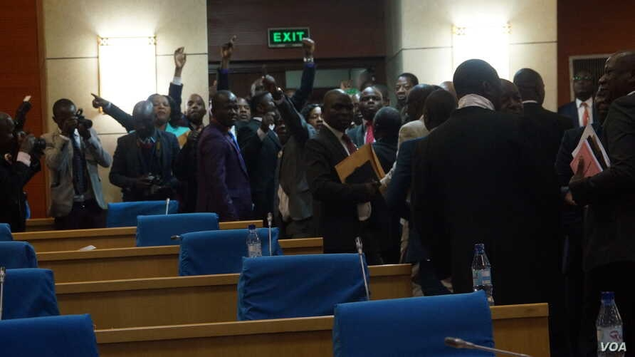 Lawmakers from the opposition MCP walk out of the parliament in protest. (L. Masina/VOA)