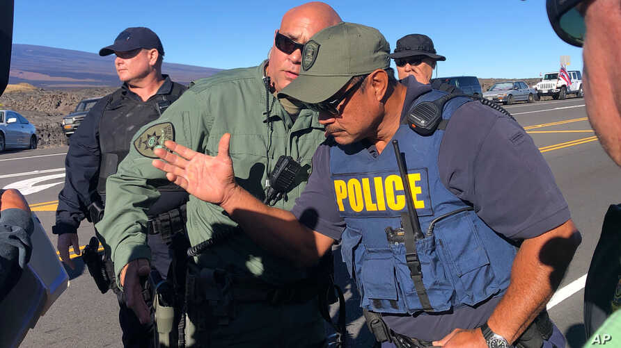 Police confront telescope protesters in Hawaii