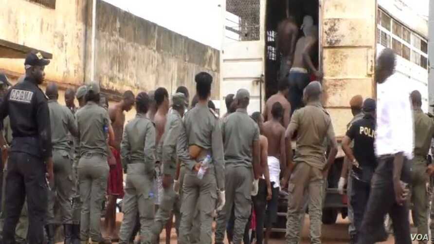 Prisoners are taken away from the Kondengui Central Prison in Yaounde, Cameroon, July 23, 2019. (M. Kindzeka/VOA)