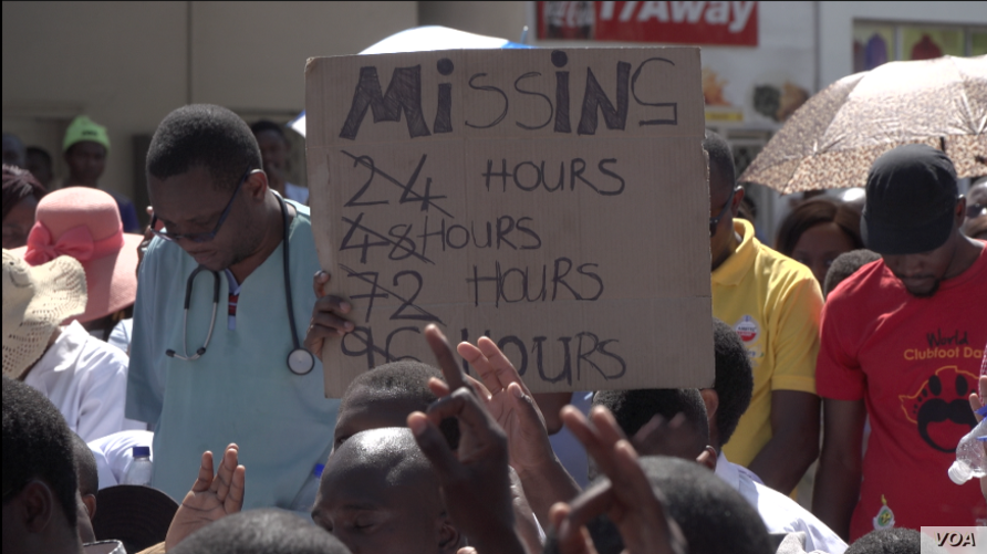 Zimbabwe's doctors and nurses protest the disappearance of Peter Gabriel Magombeyi, acting president of the Zimbabwe Hospital Doctors Association, in Harare, Sept. 19, 2019. (C.  Mavhunga/VOA)