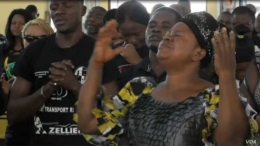 Nigerians and Cameroonians pray for peace in Cameroon, at Saint Joseph's Anglophone Parish in Cameroon's capital, Yaounde, Sept. 6, 2019. (M.Kindzeka/VOA)