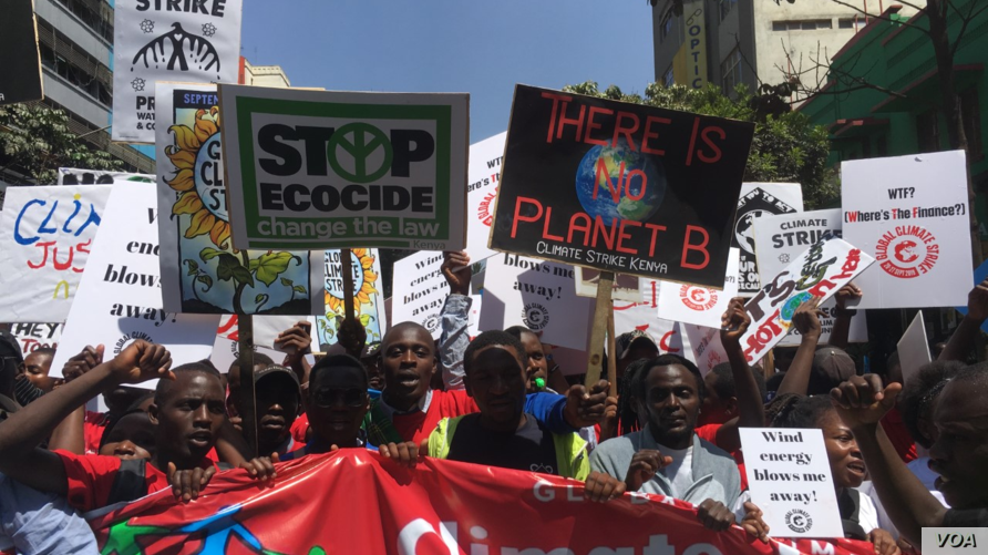 Kenyan protesters, predominantly young people, march demanding their government take immediate action against climate change, in Nairobi, Kenya, Sept. 20, 2019. (M. Yusuf/VOA)