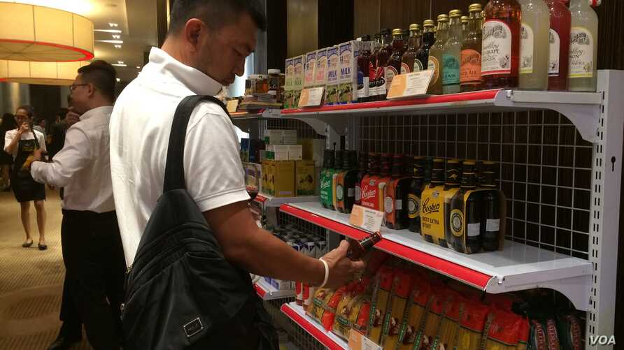 Vietnamese who used to drink coffee or cola now have far more beverage options to choose from. (H. Nguyen/VOA)