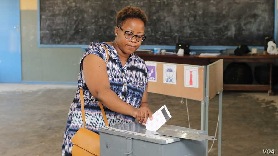 A woman votes in Gaborone during the Oct. 23 general elections. (Mqondisi Dube/VOA)