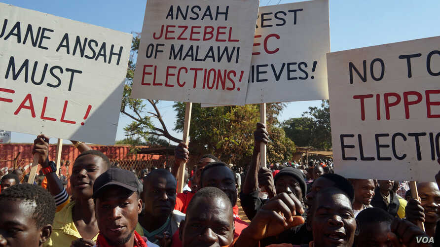Post-election protesters in the capital Lilongwe march in the streets demanding the resignation of the Malawi Electoral Commssion leader Jane Ansah to step down. (Lameck Masina/VOA)