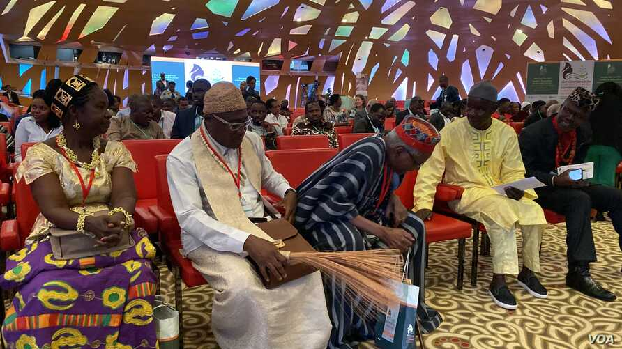 """On Nov. 29, 2019, Traditional leaders at the """"Conference on Land Policy in Africa"""" held in Abijan, discuss ways to fight land corruption  in Africa. (Columbus Mavhunga/VOA)"""