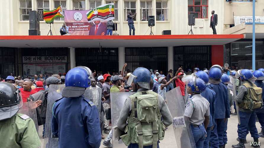 Police try to disperse members of Zimbabwe's Movement for Democratic Change in Harare, Nov. 20, 2019. (Columbus Mavhunga/VOA)