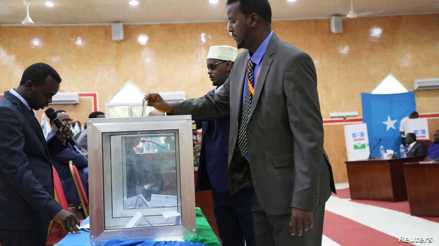 A member of Parliament for the semi-autonomous region of Puntland casts his vote in the Puntland's presidential election in…