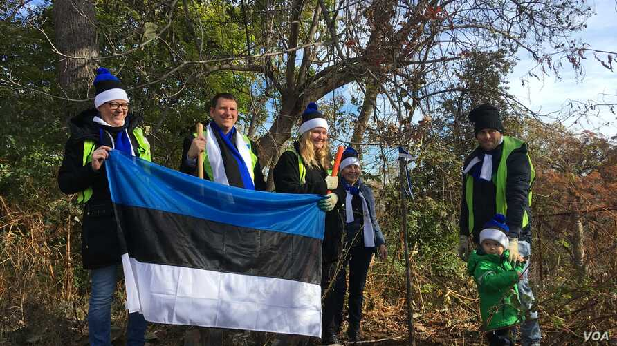 Team Estonia, which participated in the EU representatives' tree-planting effort in Washington, was led by Ambassador Jonatan Vseviov, second from left, and featured Johannas, age 2½, son of Ranner Selge, IT specialist at the embassy. (Natalie Liu/VOA)