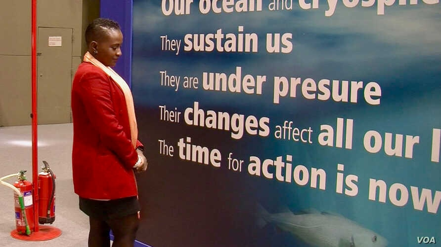 Marine biologist Lara Muaves helps Mozambican communities adopt sustainable fishing practices. (L. Bryant/VOA)