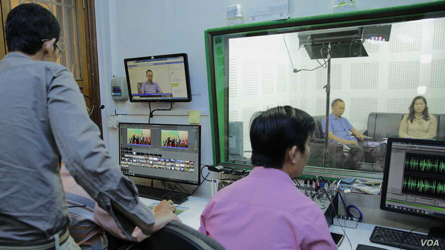 VOD Roundtable producers do final audio and video checks before going live with host Lim Thida, far right, and guest Yi Soksan of Adhoc, at VOD's studio, in Phnom Penh, Sept. 11, 2019. (Tum Malis/VOA Khmer)