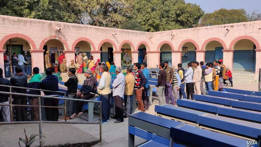 Voters line up to cast ballots at a school where voting booths were set up in New Delhi which is choosing a new local government, New Delhi, India, Feb. 8, 2010. (A. Pasricha/VOA)