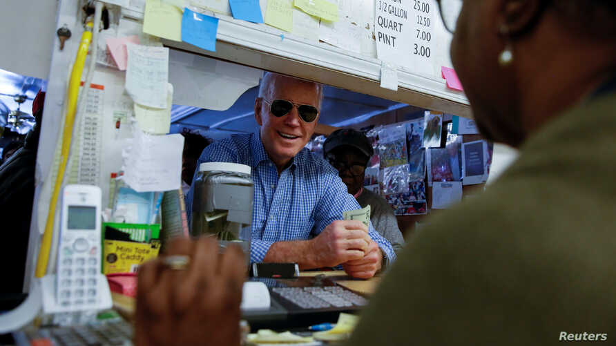 Democratic U.S. presidential candidate and former U.S. Vice President Joe Biden picks up an order at Scott's Bar-B-Que in…