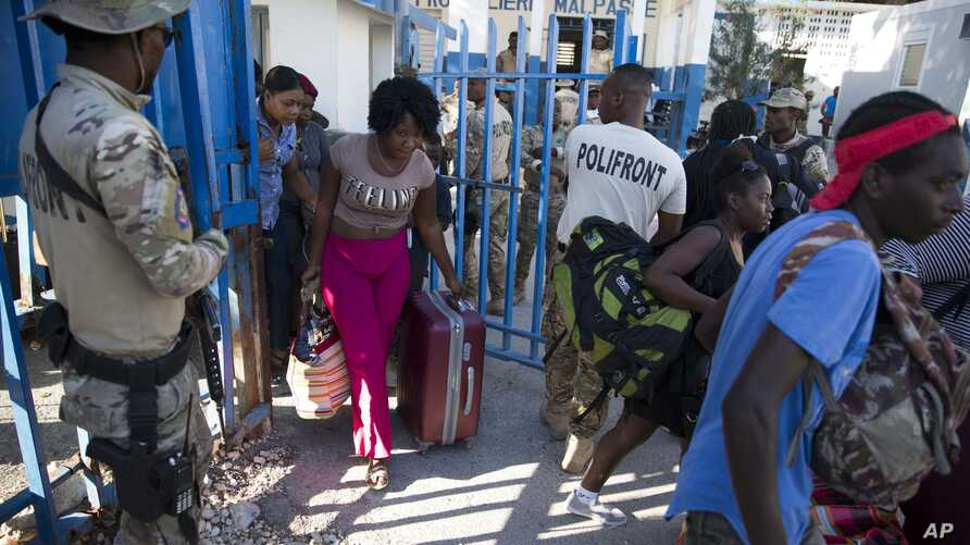 Haitians cross from the Dominican Republic into Malpasse, Haiti, Tuesday, March 17, 2020. Haitian authorities shutdown its…