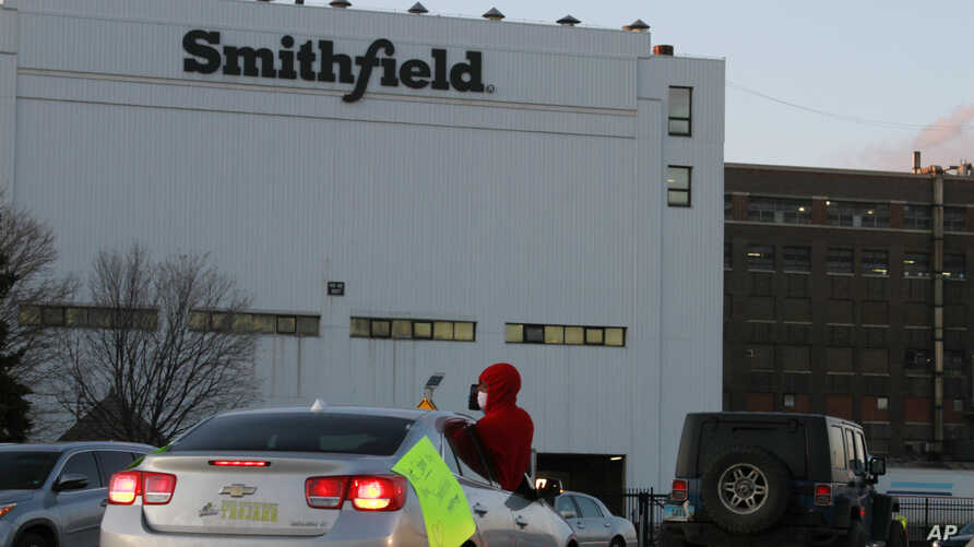 Employees and family members protest outside a Smithfield Foods processing plant in Sioux Falls, South Dakota, April 9, 2020, demanding stronger protective measures against the coronavirus.