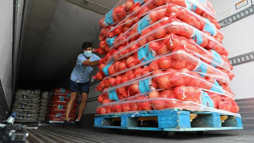 FarmLink team member James Kanoff (Stanford, '22) unloads onions from Owyhee Produce in Oregon to be donated to Food Finders in Los Angeles. (Photo courtesy of FarmLink)