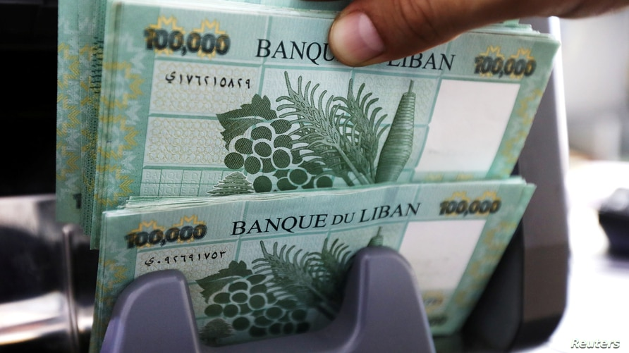 FILE PHOTO: Lebanese pound banknotes are seen at a currency exchange shop in Beirut, Lebanon June 15, 2020. REUTERS/Mohamed…
