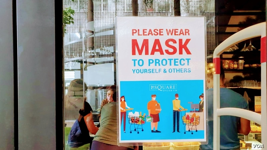 A cafe sign in Ho Chi Minh City exhorts customers to wear masks. (VOA News)
