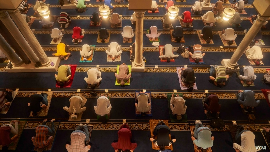 Masks and some measure of social distancing are required inside the mosque, Aug. 28, 2020 in Cairo. (Hamada Elrasam/VOA)