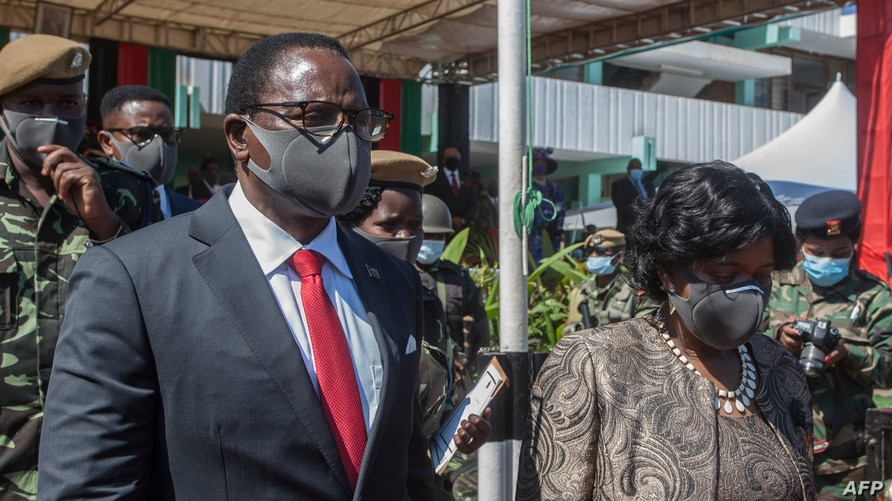 FILE - Malawi's President Lazarus Chakwera (L) and first lady Monica Chakwera depart following his inauguration at the Kamuzu Baracks, at Malawi Defense Force Headquarters, in Lilongwe, July 6, 2020.