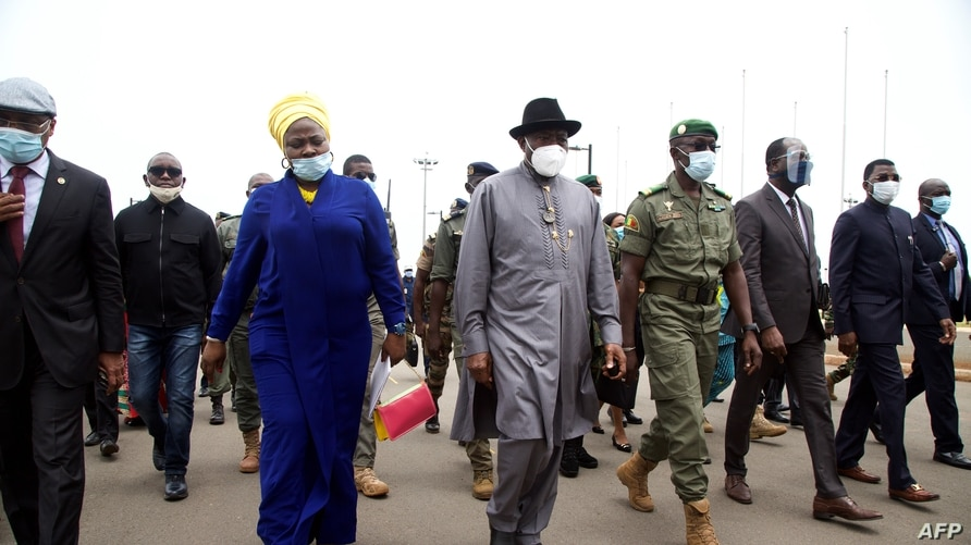 Former Nigerian President Goodluck Jonathan (C) walks at the International Airport in Bamako upon his arrival Aug. 22, 2020, as part of international efforts to restore order in Mali after a military coup.