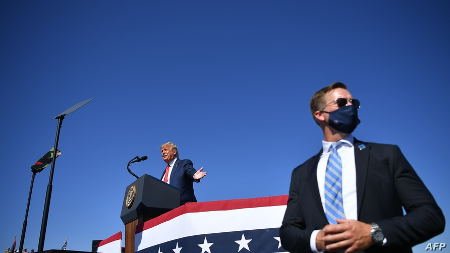 A US secret service agent stands guard as US President Donald Trump speaks during a rally at Prescott Regional Airport in…