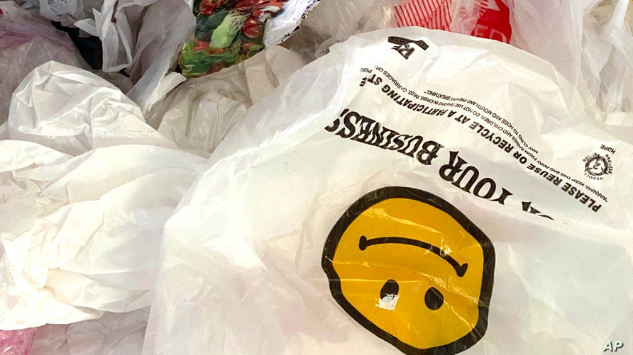 Photo by: STRF/STAR MAX/IPx 2020 9/19/20 New York will finally enforce plastic bag ban starting October 19th after getting…