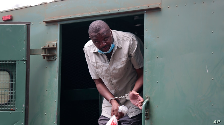Zimbabwe's investigative journalist Hopewell Chin'ono gets out of a prison van at the magistrates courts in Harare, Nov. 6, 2020.