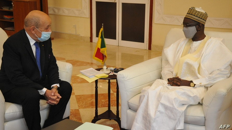 This handout picture from the Malian Presidency taken on October 25, 2020, shows French Foreign Minister Jean-Yves Le Drian (L)…