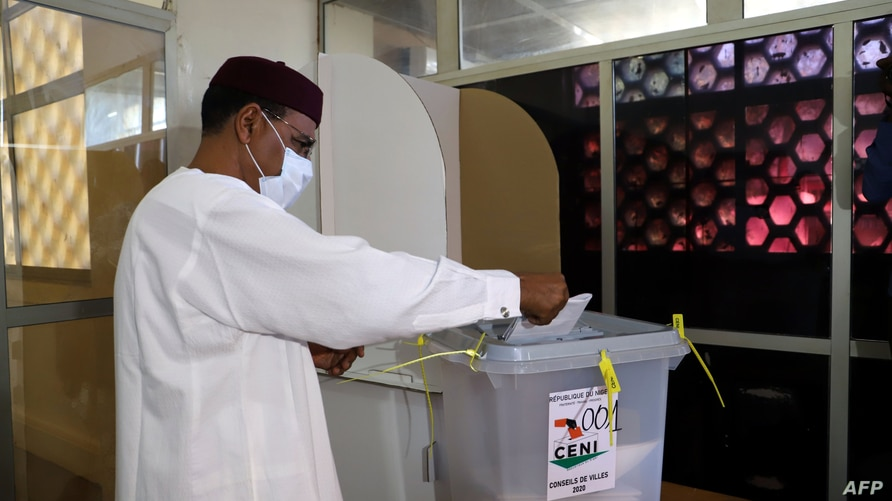 Niger presidential candidate Bazoum Mohamed casts his ballot in regional and municipal elections in Niamey, Dec. 13, 2020.