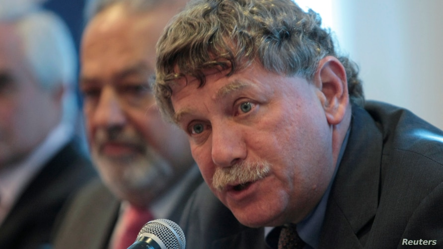 FILE PHOTO: Eric Lander (right) at a news conference in Mexico City, next to Mexican billionaire Carlos Slim, on Jan. 19, 2010…