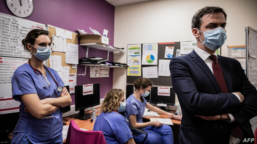 French Health Minister Olivier Veran (R) speaks with medical staff during a visit of the Villefranche-sur-Saone's Nord-Ouest…