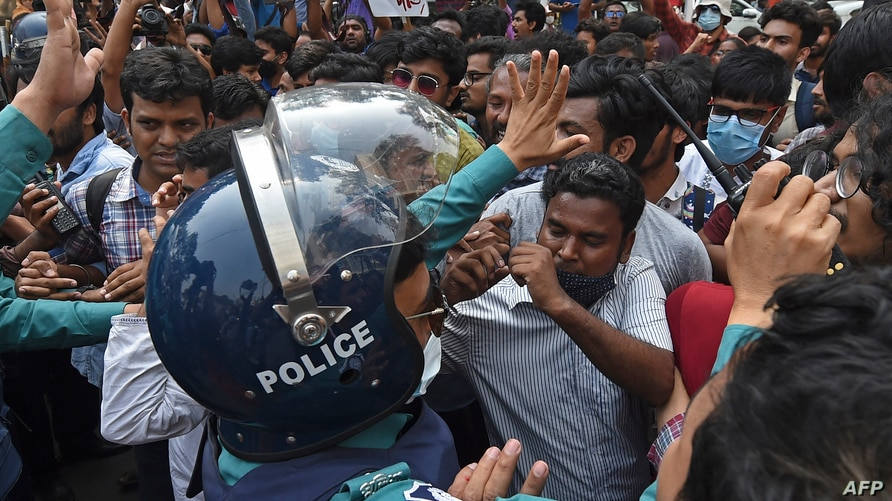 Activists from the left parties scuffle with the police during a demonstration in Dhaka on March 1, 2021, following the death…