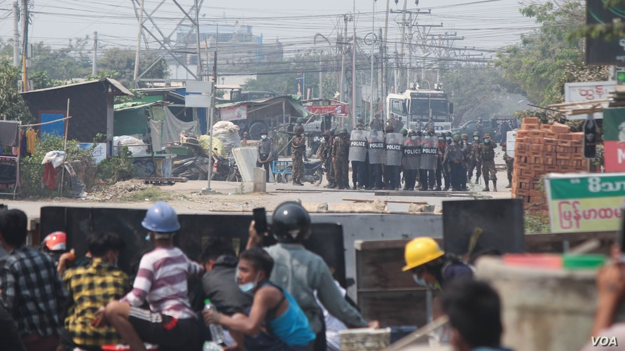 Protesters face off against police in Mandalay, a city in Myanmar, March 3, 2021. (Htet Aung Khant/VOA Burmese)