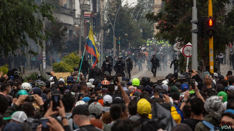 Riot police and demonstrators face off during a national protest against tax reform in Bogotá, Colombia, April 28, 2021. (Pu Ying Huang/VOA)