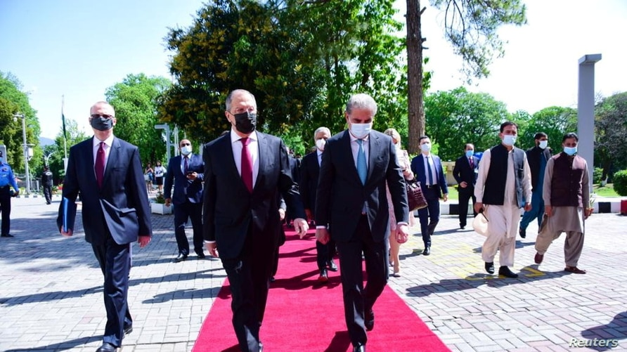 Russia's Foreign Minister Sergey Lavrov (L) walks with his Pakistani counterpart Shah Mehmood Qureshi on his arrival at the…