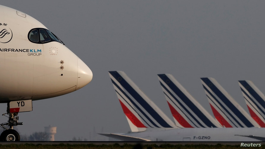 FILE PHOTO: An Air France Airbus A350 airplane lands at the Charles-de-Gaulle airport in Roissy, near Paris, France April 2,…
