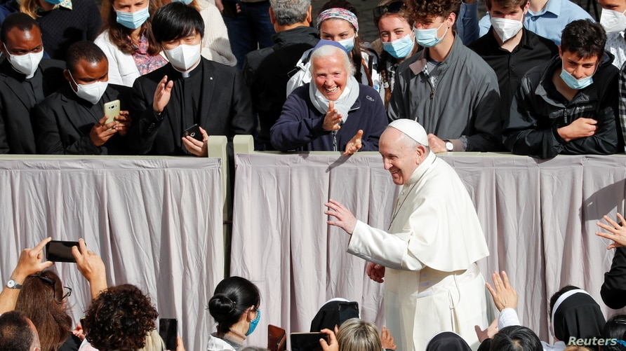 Pope Francis greets faithful as he arrives for the weekly general audience while coronavirus disease (COVID-19) restrictions…