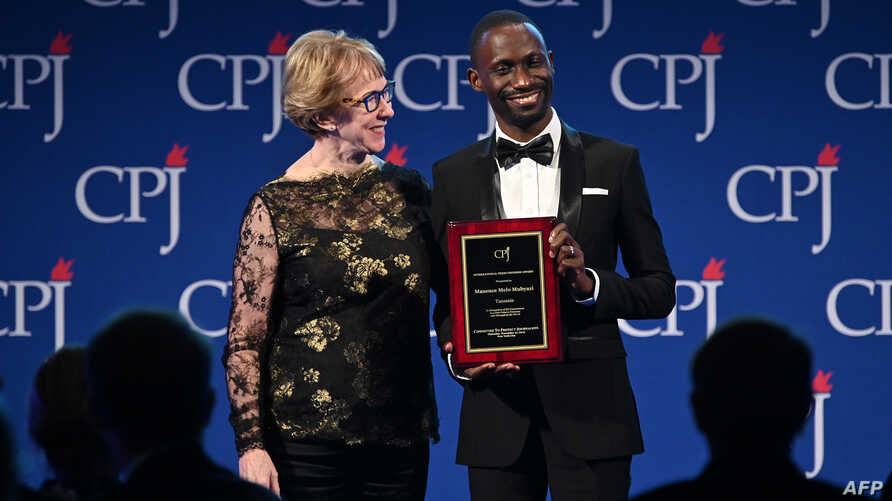 NEW YORK, NEW YORK - NOVEMBER 21: Sandra Mims Rowe (L) and awardee Maxence Melo Mubyazi onstage at the Committee to Protect…