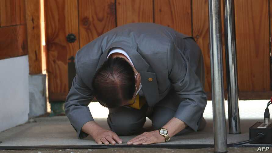 Lee Man-hee, leader of the Shincheonji Church of Jesus, bows during a press conference at a facility of the church in Gapyeong…
