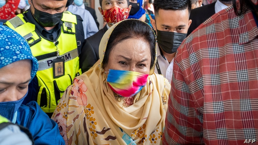 Rosmah Mansor (C), wife of Malaysia's former prime minister Najib Razak, leaves the Duta court complex after a hearing in her…