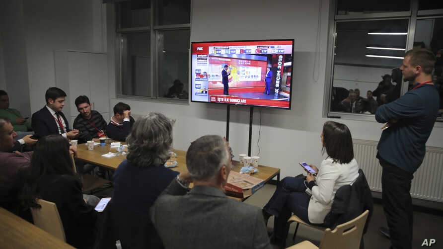 Journalists watch as preliminary results are announced after the local elections, in Istanbul, March 31, 2019.