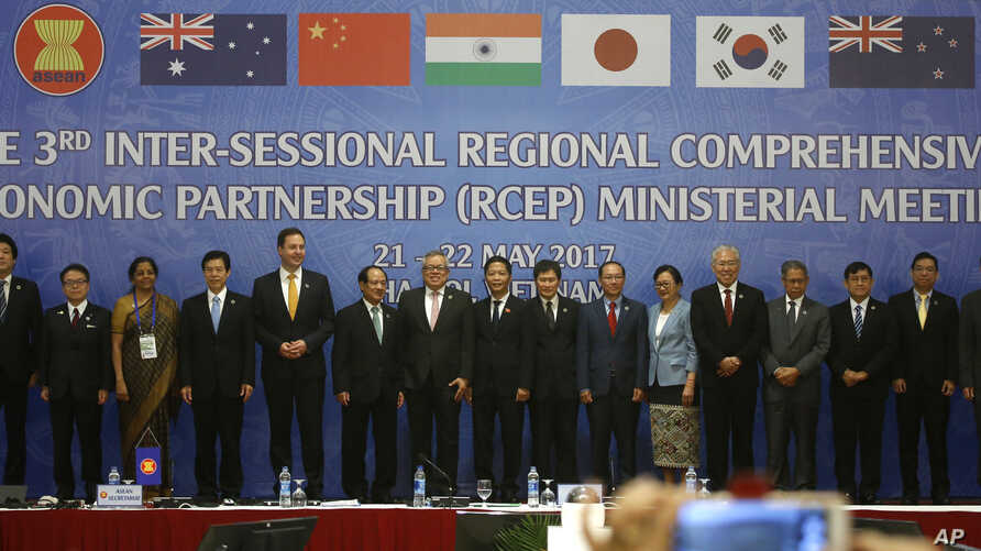 Trade ministers of 16 countries from the Asia-Pacific region stand for a group photo during the Regional Comprehensive Economic Partnership ministerial meeting in Hanoi, May 22, 2017. The ministers gather in Hanoi to speed up the China-led trade agreement.