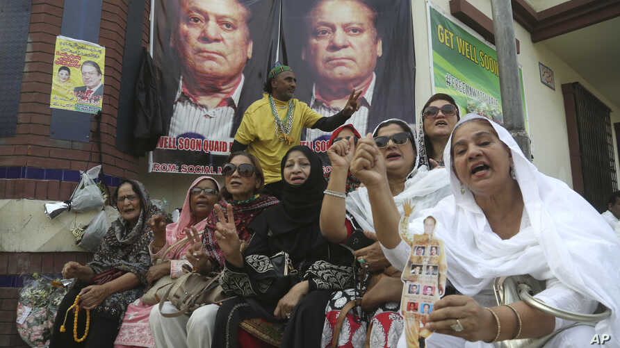 Supporters of Pakistani former Prime Minister Nawaz Sharif shout anti government slogans outside a hospital where Sharif…