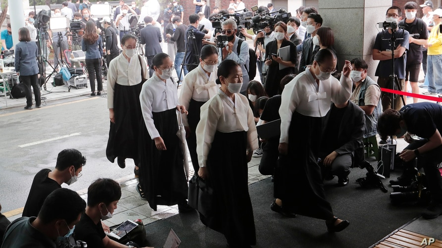 Mourners arrive to offer condolences at Seoul National University Hospital where a funeral hall for late Seoul Mayor Park Won…