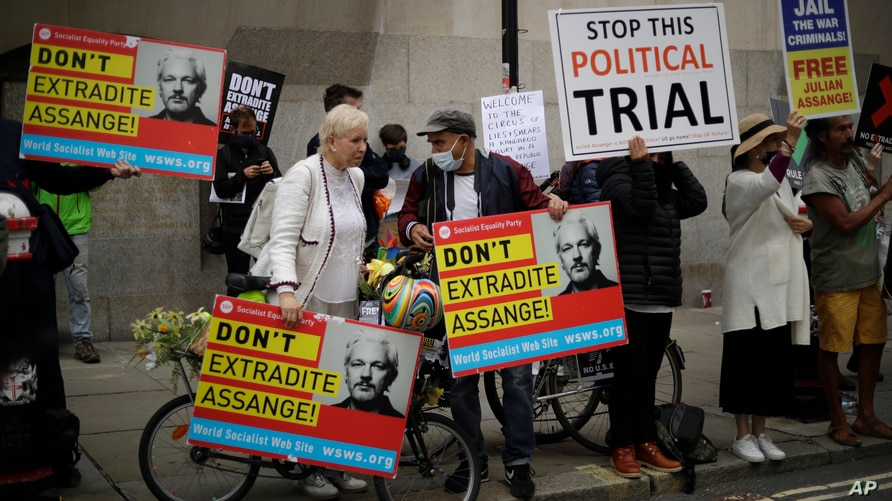 Supporters of WikiLeaks founder Julian Assange take part in a protest outside the Central Criminal Court, the Old Bailey in…